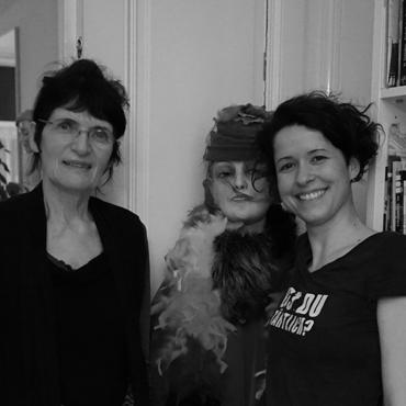 Künstlerinnengespräch mit Renate Bertlmann und Nina Gospodin, auf dem Foto mit der bekannten Schaufensterpuppe