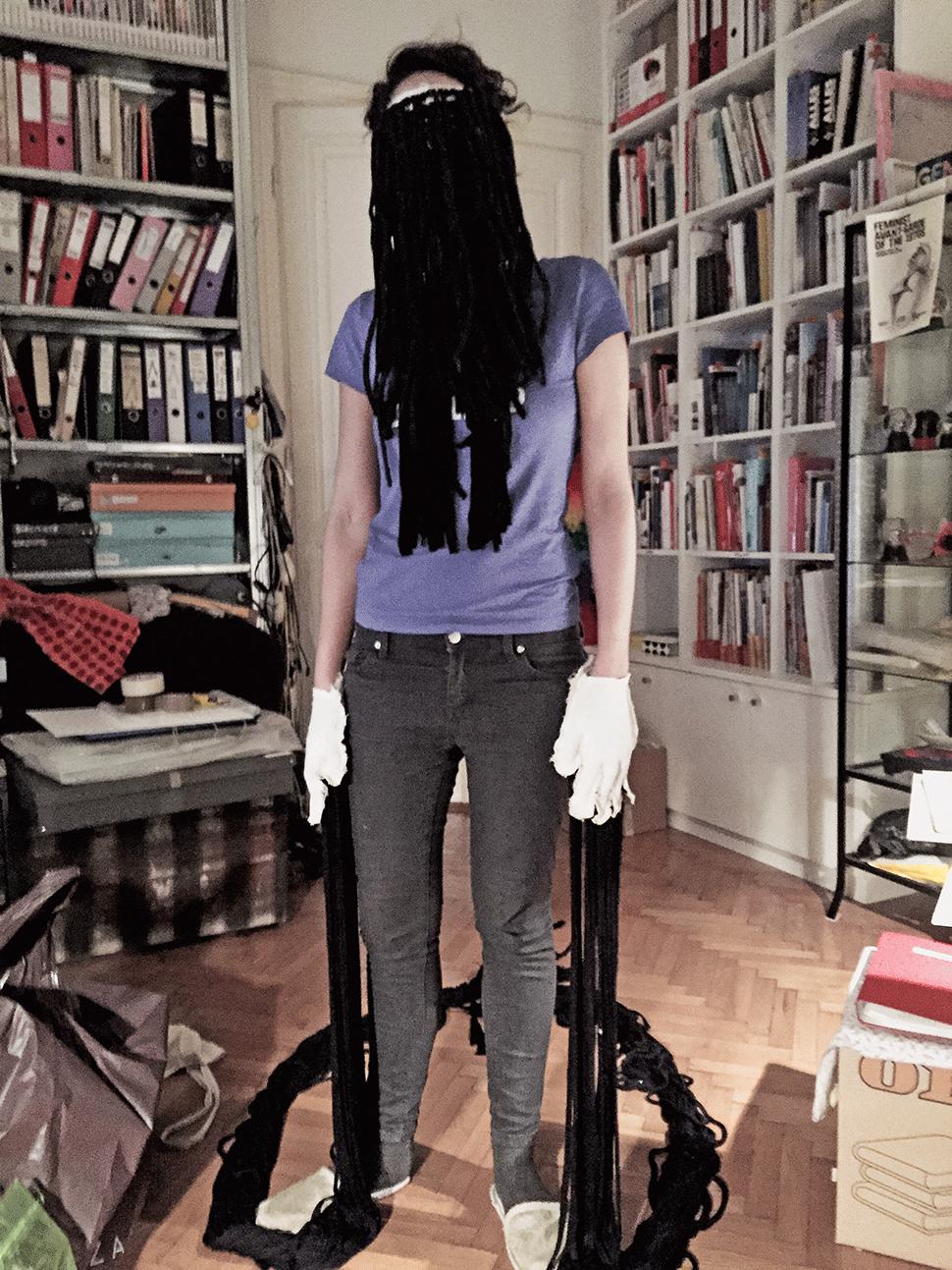 Nina Gospodin in der Wohnung von Renate Bertlmann