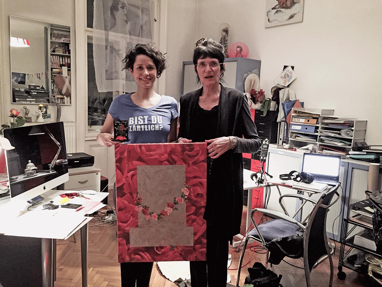 Renate Bertlmann mit einer früheren Arbeit gemeinsam mit Nina Gospodin und dem Grabstein der Freundschaft