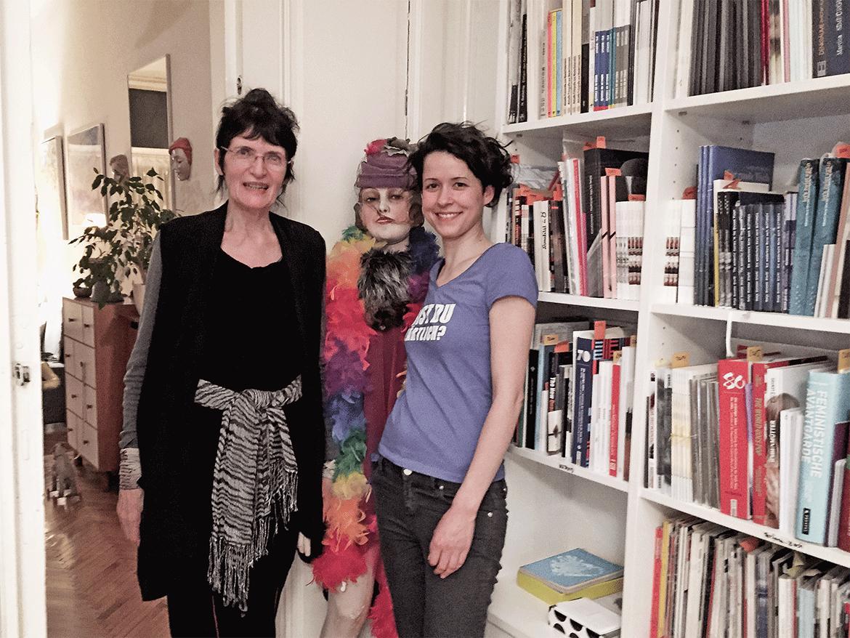 Zeigt die Künstlerinnen Renate Bertlmann und Nina Gospodin gemeinsam mit der legendären Schaufensterpuppe aus Bertlmanns Werk
