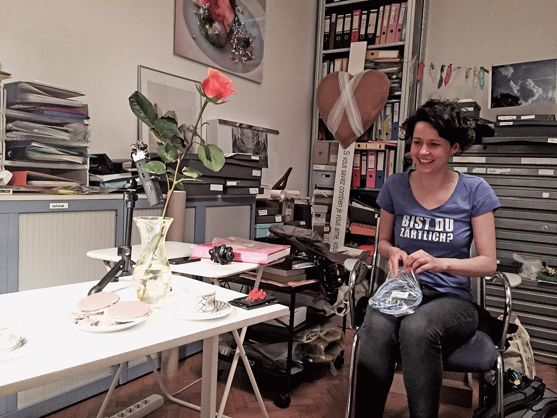 Die Rose für Renate Bertlmann und Nina Gospodin beim Aufbau für den Podcast